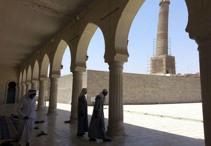 En la mezquita de Al-Noori Al-Kabeer ondeaba una bandera del grupo yihadista Estado Islámico en Mosul, al norte de Irak. (EFE/Archivo)