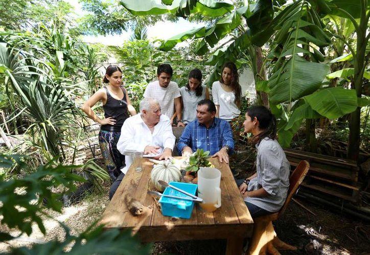 Integrantes de la empresa 'Nal-Red de Orgánicos' muestran a Víctor Caballero Durán y Armando Palma Peniche el espacio orgánico del lugar. (Milenio Novedades)