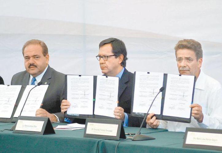 El funcionario federal con el presidente municipal de SLP y el gobernador Fernando Toranzo. (Milenio)