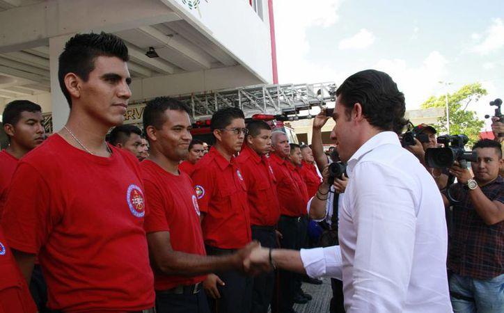 El alcalde felicitó a los elementos de Bomberos. (Tomás Álvarez/SIPSE)