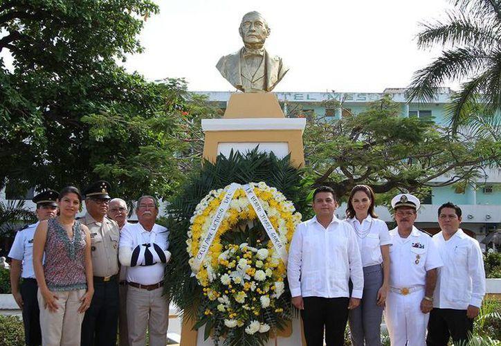 """El alcalde depositó una ofrenda floral al pie del busto del ilustre """"Benemérito de Las Américas"""". (Cortesía/SIPSE)"""