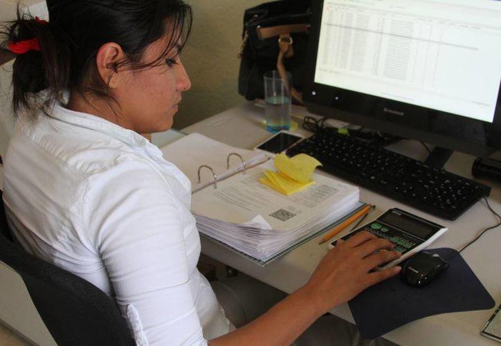 Los gastos que debe pagar una empresa para tener un contador o un sistema contable rondan los $20 mil. (Octavio Martínez/SIPSE)