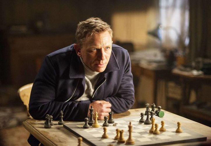 Imagen sin fecha difundida por Metro-Goldwyn-Mayer Pictures/Columbia Pictures/EON Productions, donde se ve al actor Daniel Craig interpretando a James Bond en la película 'Spectre'. (Susie Allnutt/Metro-Goldwyn-Mayer Pictures/Columbia Pictures/EON Productions via AP)