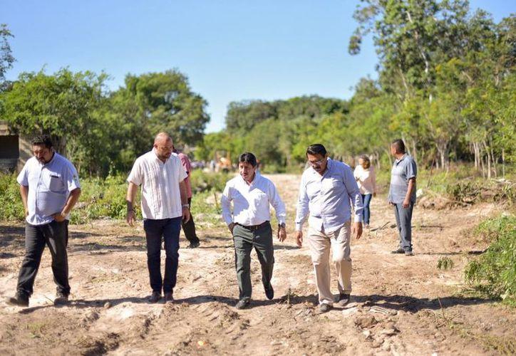 Las autoridades realizaron un recorrido por las terracerías que serán pavimentadas. (Cortesía)