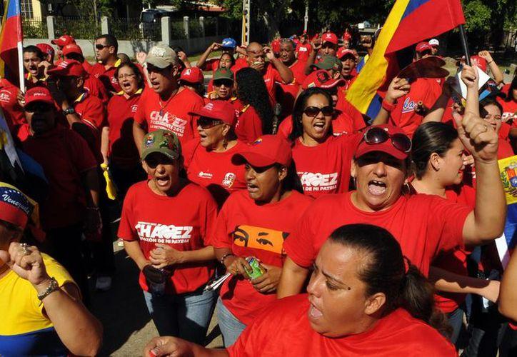 Marcha en apoyo a Chávez y su recuperación. La designación del vicepresidente como su sucesor sorprendió a los venezolanos. (EFE)