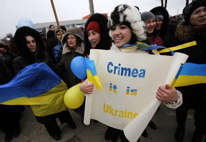 Los tártaros de Crimea gritan consignas durante la manifestación a favor de Ucrania en Simferopol, Crimea, Ucrania. (Agencias)