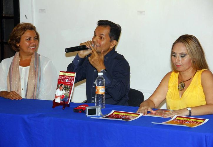 El poeta Luis Veita (centro) en conferencia de prensa para la presentación de su libro 'Invaluable Tesoro 3'. Estuvo acompañado de Rosy Peniche (der) y Ady Pérez Echeverría (izq). (Milenio Novedades)