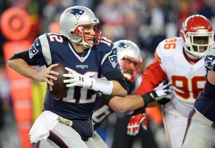 Tom Brady recibirá la suspensión de cuatro partidos por desinflar los balones en los playoffs de la temporada 2014-2015.(EFE)