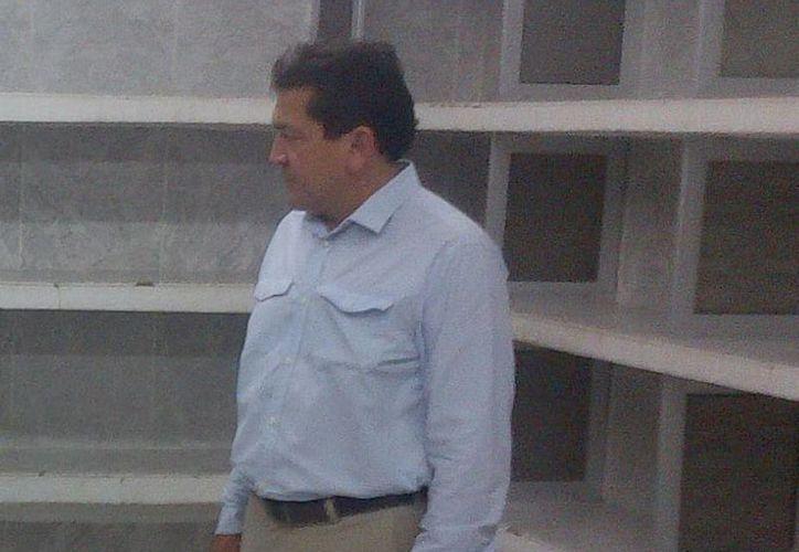 El profesor Felipe Duarte observa las instalaciones del que será el Salón de la Fama. (Milenio Novedades)