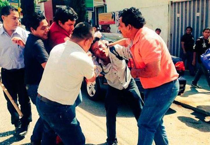 Hasta con palos se agredieron profesores 'rivales' de la CNTE y SNTE en Oaxaca. (excelsior.com.mx)
