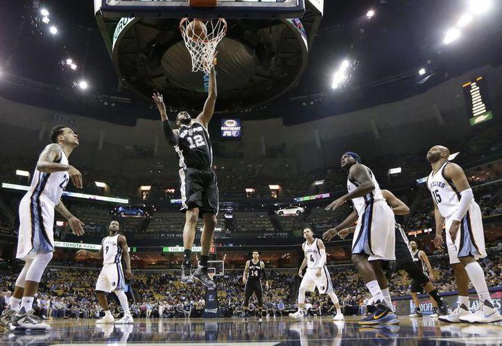 LaMarcus Aldridge anotó 15 puntos y capturó 10 rebotes para Spurs colaborando con el pase a semifinales en la Conferencia Oeste. (AP)