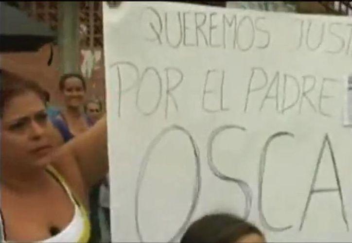 El sacerdote Óscar Ortiz, condenado a 19 años de prisión por nexos con paramlitares, fue detenido ayer. La imagen corresponde a un video de 2013, en donde simpatizantes del religioso marcharon para pedir su liberación. (YouTube)