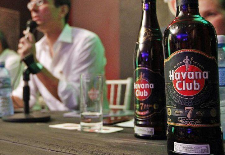 El director general de Havana Club Internacional, Jerome Cottin-Bigonne (i), durante una rueda de prensa donde se presentó la nueva imagen del ron Havana Club 7 años en La Habana, Cuba. (EFE)