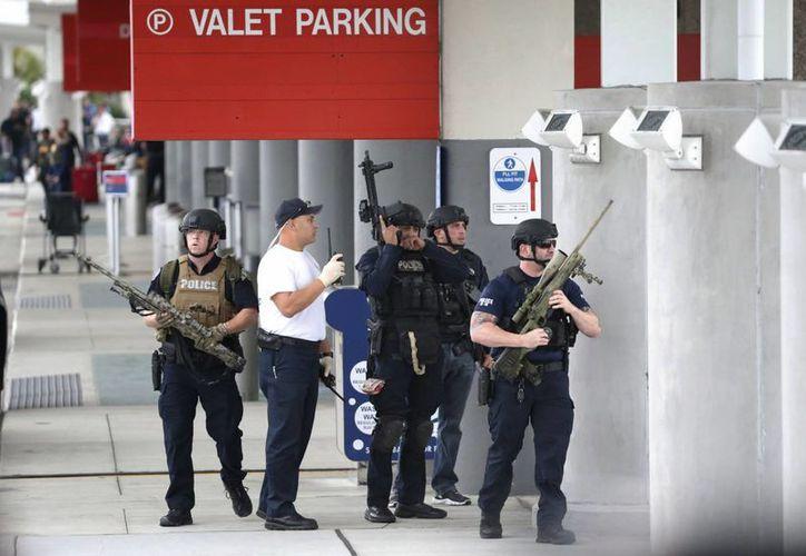Imagen de un grupo de policías en el Aeropuerto Internacional Fort Lauderdale-Hollywood durante el operativo en búsqueda del atacante. (Foto AP / Wilfredo Lee)