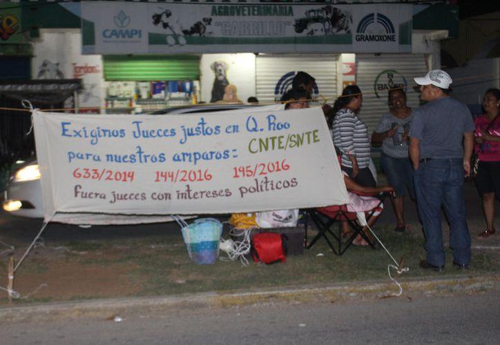 Los docentes de la Coordinadora Nacional de Trabajadores de la Educación hacen manifestación  para exigir se les respeten sus derechos. (José Chi/SIPSE)