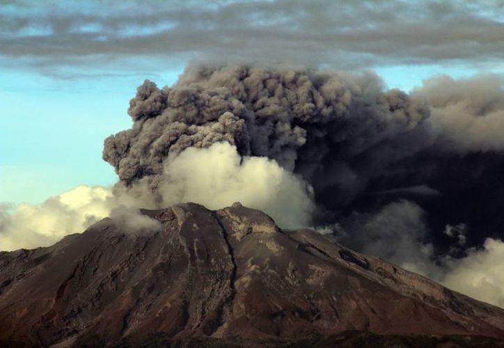 La tercera erupción del volcán chileno Cabulco ha obligado a tomar nuevas medidas de seguridad. (Notimex)