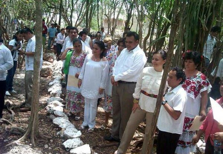 Recorrido del gobernador Rolando Zapata y otras autoridades en Yodzonot. (Milenio Novedades)