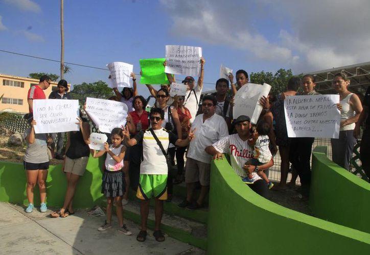 Más de 50 personas se manifestaron ayer a las afueras de las instalaciones. (Tomás Álvarez/SIPSE)