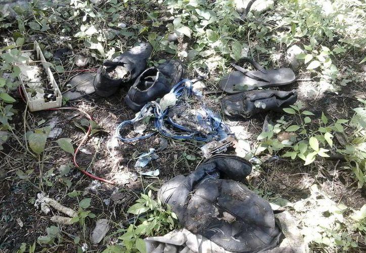 Objetos personales hallados en una de las fosas clandestinas en el marco de la búsqueda de 43 normalistas de Ayotzinapa desaparecidos en Iguala, Guerrero. (EFE)