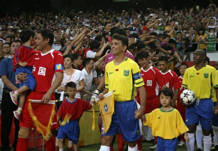 Viejas glorias brasileñas disputaron un partido amistoso en Beijing, donde vencieron 2-1 a un combinado local de veteranos. (EFE)