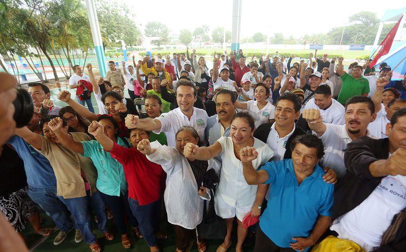 """""""Necesitamos trabajar juntos, sociedad, organismos, cámaras empresariales, y demás sectores, para que, entre todos, rescatemos del abandono en el que hoy está Cozumel"""", afirmó el candidato. (Redacción/SIPSE)"""