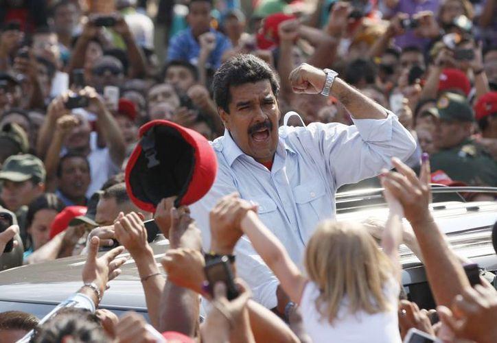 Imagen del 13 de abril de 2013, en el que se ve a Nicolás Maduro exhortando a sus simpatizantes, en Caracas, despues de votar en la elección presidencial que ganó. (Foto: AP/Archivo)