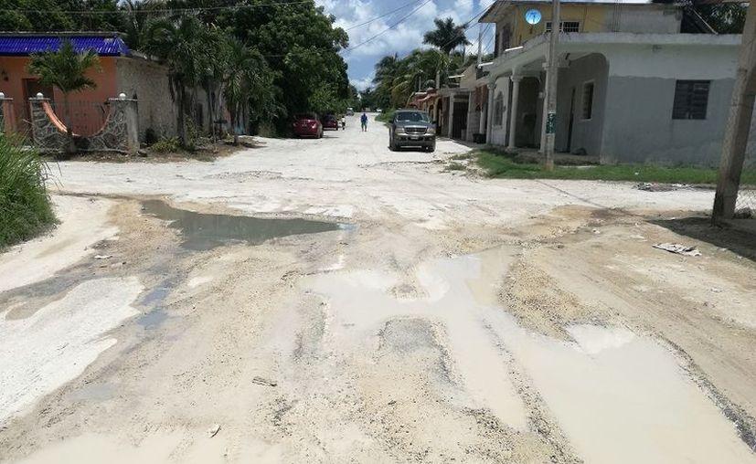 Varias calles son difíciles de transitar por los grandes baches que presentan y otras llevan años sin rehabilitación. (Javier Ortiz/SIPSE)