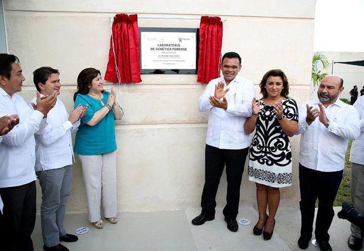 El Gobernador (c) inauguró el Laboratorio de Genética Forense de la FGE, el cual pone a Yucatán a la vanguardia en materia de investigación de delitos. (Cortesía)