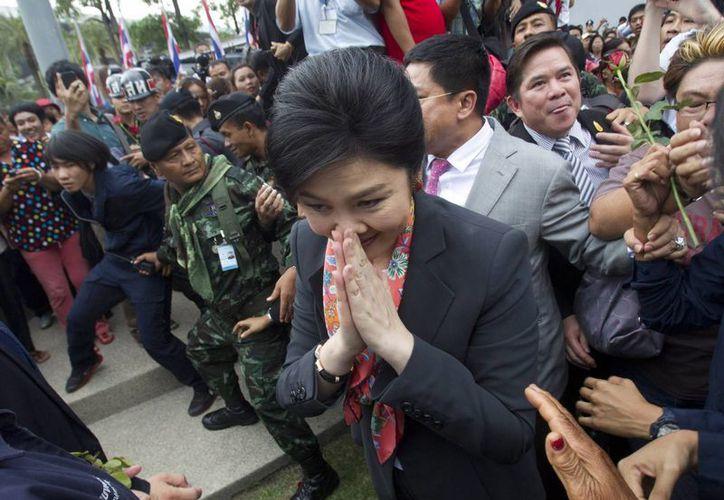 La depuesta primera ministra Yingluck Shinawatra gesticula a manera de agradecimiento a sus simpatizantes. (Foto: AP)