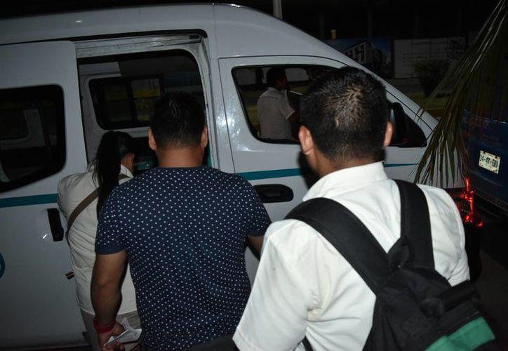 El servicio de combis nocturnas de Playa del Carmen transporta diariamente a 400 personas en promedio. (Adrián Barreto/SIPSE)