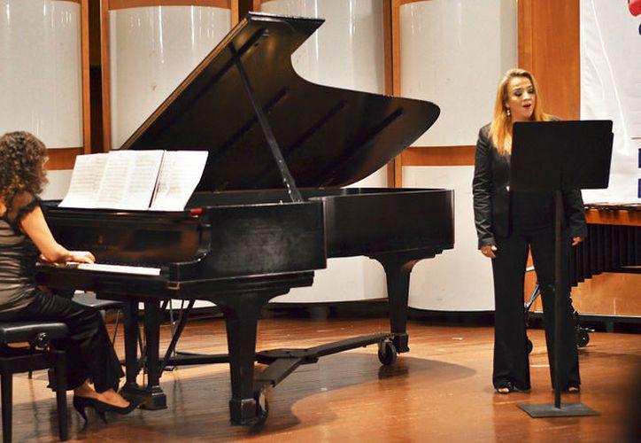 La cantante Zintzuni Cardel (der) se presentará este jueves en el Teatro Peón Contreras. (Foto: Universidad Veracruzana)
