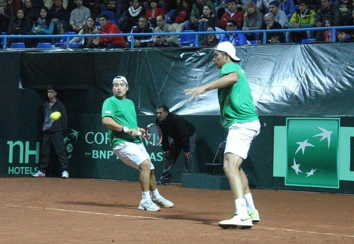 Los tenistas mexicanos Daniel Garza y Gerardo López Villaseñor enfrentaron a la dupla chilena integrada por Nicolás Jarry y Hans Podlipnik-Castillo, resultando ganadores estos últimos y eliminando de esta forma los mexicanos por la Zona Americana II de la Copa Davis. (Notimex)