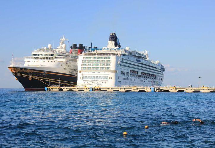 Esta cantidad de turistas que descienden de los barcos significan una inmensa derrama económica para el destino. (Gustavo Villegas/ SIPSE)