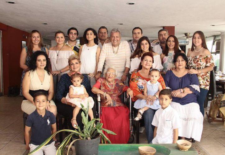 Aída Jesús Noemi Abimerhi y su familia. (Milenio Novedades)