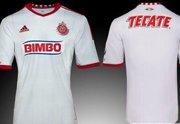 Este es el uniforme que las Chivas utilizarán en la liga y en sus duelos de visita en la Copa Mx. (www.facebook.com)