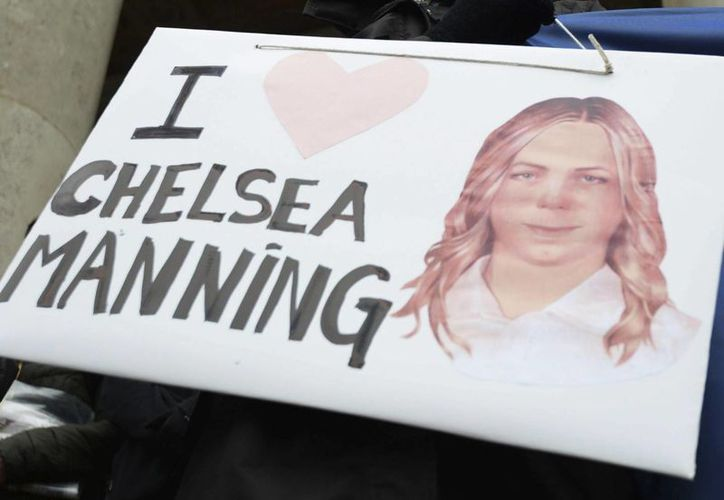 Fotografía tomada el pasado 17 de diciembre en la que se registró un cartel portado por una persona que le deseaba un feliz cumpleaños a la informante Chelsea Manning. (Archivo/EFE)