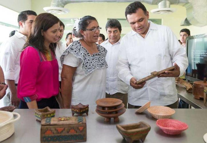El Gobernador entregó ayer constancias a 75 artesanos que concluyeron la capacitación en Producción y Mejoramiento de la Calidad de los Productos Artesanales. (Cortesía)