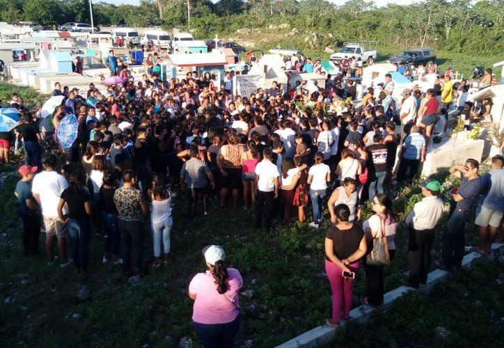 Con pancartas para exigir justicia, cientos de personas dieron el último adiós a una madre y su hija que fueron asesinadas la noche del jueves pasado en Felipe Carrillo Puerto. (Redacción/SIPSE)