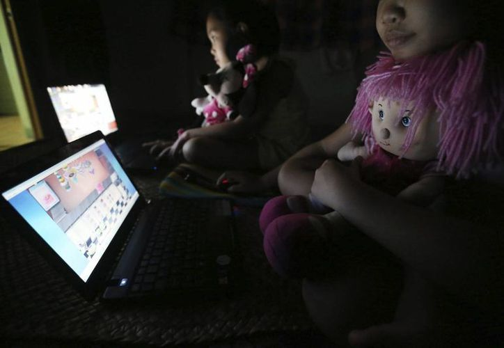 Detenidas 25 personas en Irlanda del Norte en una operación contra la pornografía infantil en internet. En la imagen unos niños juegan en computadoras. (Archivo/EFE)
