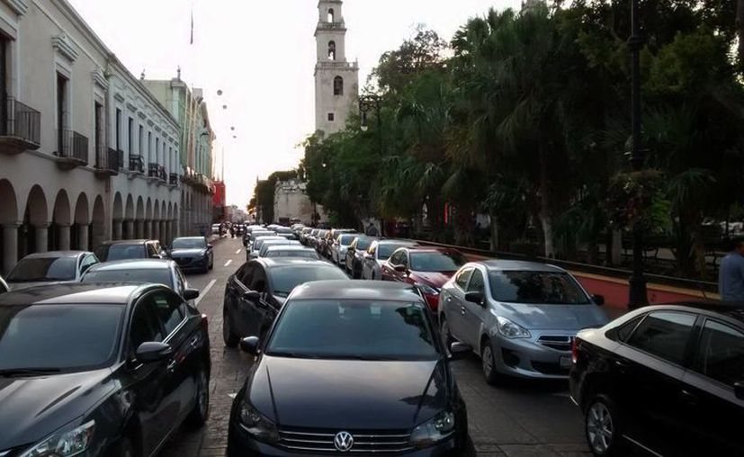 La representación de 5 socios de Uber ingresaron al Palacio para sostener la reunión con el subsecretario de Gobierno y Desarrollo Político, Gaspar Quintal Parra. Imagen de contexto de una manifestación de conductores de Uber en la puerta del Gobierno del Estado. (Archivo/SIPSE)