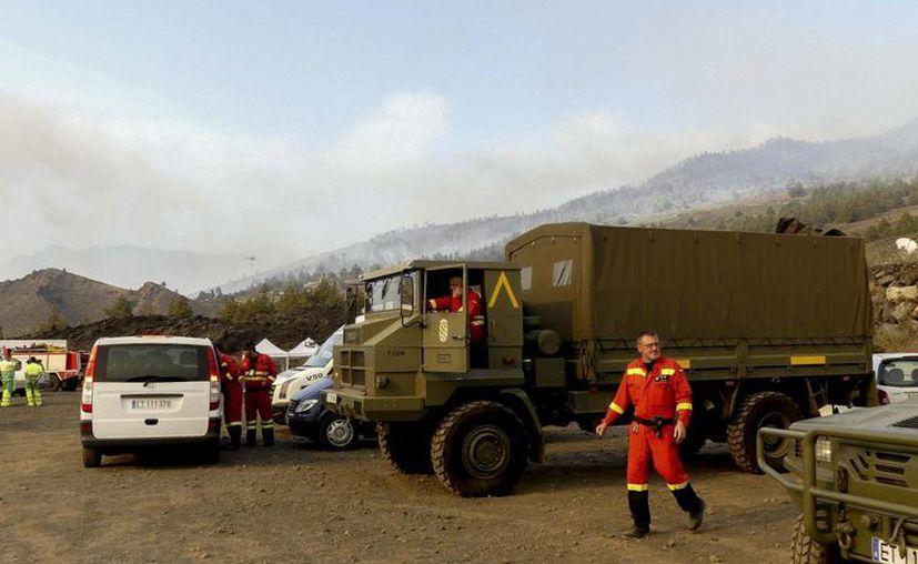Los equipos de emergencia continúan las labores de extinción del incendio forestal declarado en la isla de la Palma. (EFE)