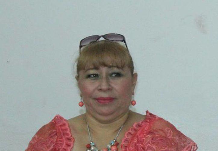 """Imagen de la rueda de prensa que ofreció Jazmín López """"Tina Tuyub"""", viuda del comediante y  Luis Velázquez Cabrera, Jefe del departamento de Teatro de la Sedeculta. (Milenio Novedades)"""
