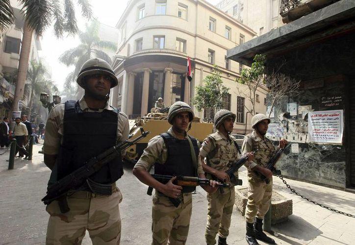 Soldados de la Armada egipcia montan guardia frente a la Bolsa de Egipto. (EFE)