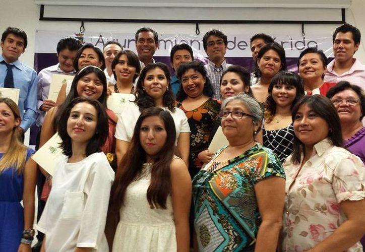 En total fueron 12 alumnos los que concluyeron sus estudios en la Academia Municipal de Inglés. (SIPSE)