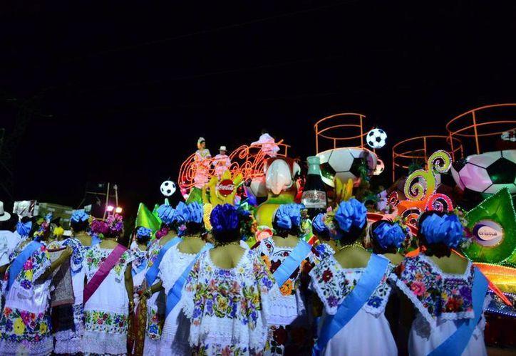Al menos cuatro artistas de talla nacional e internacional intervendrán en los desfiles. Fotografía de un grupo de mestizas que miran el desfile de la noche del Lunes Regional en la Plaza Carnaval Mérida del año pasado. (Luis Pérez/SIPSE)