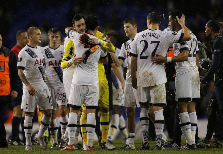 Jugadores del Tottenham celebran haber ganado 4-1 al Mónaco para asegurarse el primer lugar de su grupo de cara a los dieciseisavos de final de la Europa League. (AP)