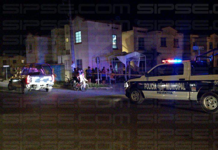 Un hombre perdió la vida esta noche tras recibir impactos de bala, en Villas Otoch Paraíso, en Cancún. (Eric Galindo/SIPSE)