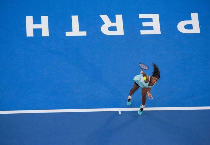 La estadounidense Serena Williams saca un servicio durante su partido de la Copa Hopman disputado contra la checa Lucie Safarova, en Perth, Australia. (EFE)