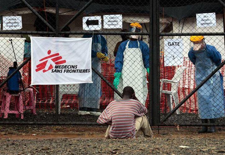 La epidemia de ébola obligó a la ONU a abrir un cuartel central en  Ghana. La imagen es de un enfermo que espera atención en un centro de salud de Monrovia, y es de  contexto. (AP)
