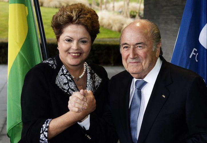 En la imagen, la presidenta brasileña Dilma Rousseff posa con el presidente de la FIFA, Joseph Blatter. (EFE/Archivo)